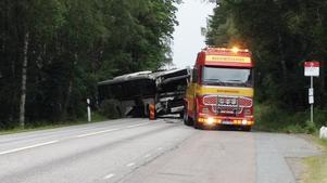 Under torsdagen kunde bussen bärgas och den var mer skadad än väntat.
