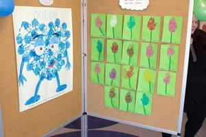Konst tillverkad av barn och pedagoger på förskolan Blåsippan. Den blå figuren till väster föreställer Babblaren Doddo.