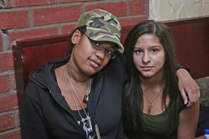 Stugan. Bea och Nathalie.