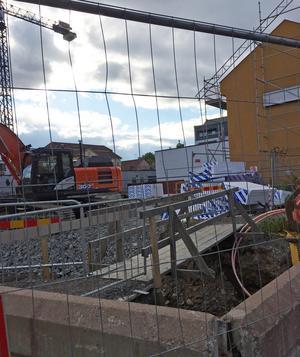 På den här byggarbetsplatsen vid Myntgatan har stadslager som skulle ha undersökts arkeologiskt fraktats bort. Länsstyrelsen anmäler nu ett kommunalt bolag till åklagare.