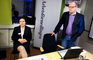 Timo Mulk-Pesonen och Christina Storm-Wiklander på arbetsförmedlingen ser vissa positiva tendenser på arbetsmarknaden men konstaterar att det sannolikt kommer att dröja ett tag innan arbetslösheten minskar.  Foto: Håkan Luthman