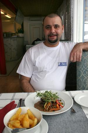 Rebin Akram vill att Kungsgårdens restaurang och pizzeria ska bli samlingspunkten i byn. Än så länge pendlar han till Gävle men hoppas hitta en lägenhet kring Kungsgården.