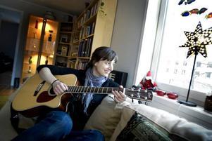 ÅTERFÖRENING. Polisen Johanna Strömberg har efter nästan sju år av sjukskrivning, rehabilitering och egenvalda alternativterapier efter en bil-olycka i tjänsten, fått större styrka och självtillit. Vilket i sin tur har lett henne tillbaka till inspiration att skriva och komponera, sjunga och spela sånger om hur människor kan växa också när det är som mörkast.  Foto: Britt Mattsson