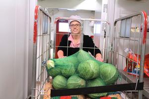 Maria Johansson visar runt i de nya förrådsutrymmena för rotfrukter (bilden), konserver, grönsaker och torrförråd för bland annat mjöl och pasta på  nedervåningen. Man arbetar också efter ett nytt flödesschema (HACCP).