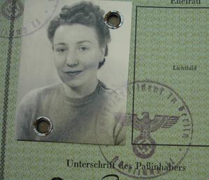Alice från Gävle blev tysk SS-hustru 1943. Bilden är hämtad från hennes nazityska pass, förvarad hos Riksarkivet i Stockholm.