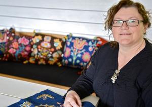 Karin Blomkvist från Funäsdalen visar upp härjedalsbroderier under Hembygdens helg.