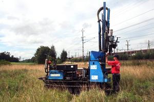 Markundersökning. Fältgeoteknikern Peter Karlsson har under några dagars tid märkt ut den berörda marken och tagit markprover.