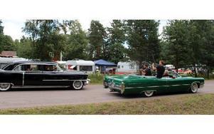 Ett tv-team förevigade en av de första bilarna som släpptes iväg från travbanan. Foto: Eric Salomonsson