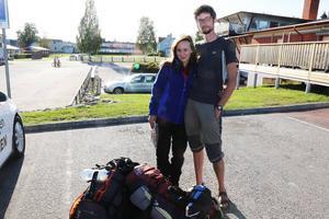 Nicolas Nereau och Agathe Deroo har under några dagar filmat fjällrävar i Helagsområdet, när TH stöter på dem i Hede, på väg mot Sveg. I bilen berättar det unga paret att de började intressera sig för fjällräven efter en resa till Island. Materialet ska klippas ihop till en film som de visar på en filmfestival senare i höst.