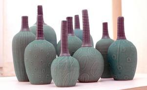 Vaser som ser ut som frukter och har olika växtdekorationer.