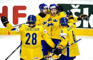 Svenskt jubel  efter Kristian Huselius 6–5-mål i sudden death mot USA. I mellangruppspelet får Tre Kronor nu möta Ryssland redan  i dag kl 16.15.