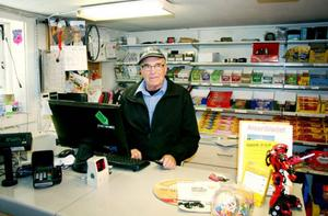 Intill butiken har Birgersson en utställningslokal där han visar upp de senaste skotermodellerna för kunderna. En viktig del för verksamheten är försäljningen av kläder och reservdelar. På bilden sonen Hans Birgersson och ägaren och grundaren Sigvard Birgersson.
