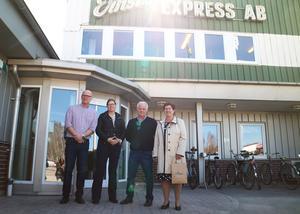 Ernsts Express Vd Roger Blom och styrelseordförande Christer Steingruber tillsammans med länsrådet Camilla Fagerberg och landshövding Ylva Thörn.