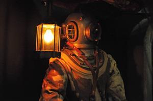 Dykardräkten för de som arbetade som dykare under bygget. Arbetet var ofta farligt och på museet går det att lyssna på en berättelse från en gång när det höll på att sluta riktigt illa.
