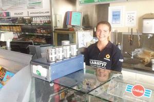 Hos Matilda Danielsson på Statoil blev det rätt tomt i butiken när strömmen gick och kassaapparaterna slutade fungera.