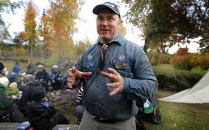 Järlindens scoutkårs Patric Thuresson lär scouterna saker som de har praktisk nytta av genom hela livet. Foto: Staffan Björklund