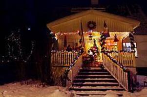 Foto: LEIF JÄDERBERG Upplyst hus. JoAnne Dahl Olerud har fört med sig sina amerikanska traditioner till Sverige. Hon tycker om de färgade ljusen.