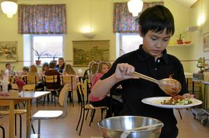 """När eleverna på Ramshyttans skola i Ramsberg fick välja vilken mat de helst ville äta så vann tacobuffé. James Karlsson var en av de elever som röstade på just maträtten taco. """"Vi brukar inte äta det hemma"""" berättar James."""