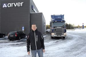 Bra läge. Tommy Daniels, fastighetsansvarig inom Arver Lastbilar, menar att den nya anläggningen ligger perfekt vid Hackstamotet.