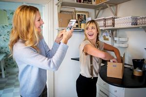 Sociala medier är en viktig del i marknadsföringen, Eva-Lena Rylander förevigar delägaren Jannice Thelander när hon packar beställningar.