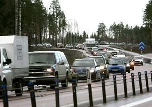 Nu rullar det igång och blir trångt på flera vägar. Den som ska lämna Västernorrland i påsk och bege sig söderut på E4 får se upp med sina omkörningar.