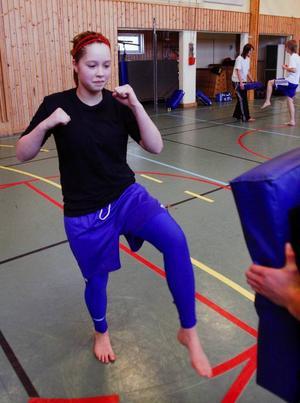 Nathalie Svensson måttar en spark mot mattan.