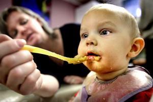 Ulrika Linde matar Maia, åtta månader. Hon kommer troligen att vaccineras.