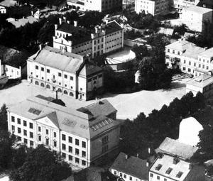 Flygbild. Fängelset med sina rastgårdar i solfjädersform intill Karolinska skolan på 1950-talet.
