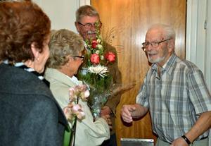 Hundraåringen Sten Bolling firar med öppet hus hemma i lägenheten i Hallsberg. Här är det dans- och konstkompisarna Birgitta Johansson, Kerstin Hallkvist och Stig Johansson som gratulerar.Foto: Samuel Borg