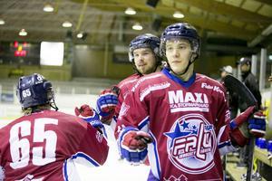 FIF-spelarna firar efter ett av de fem målen mot Arboga.