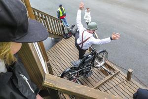 """Lars Brun balanserade på sin """"Svartqvarna"""" där hjulen snurrade på rullar."""