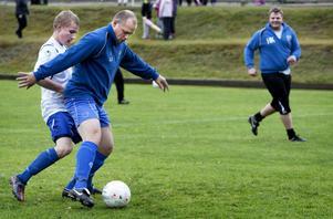 Stundtals var det tuff kamp om bollen under den traditionsrika avslutningsmatchen mellan P16 och ledarna.