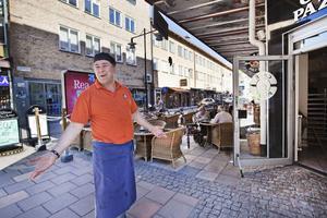En mycket upprörd Ali Mavi har fått flytta sina cafébord från Drottninggatan. Enligt kommunen står borden i vägen för ambulanser som ska till hälsocentralen en bit längre ner på gatan. Själv har Ali Mavi aldrig sett en ambulans åka den vägen.