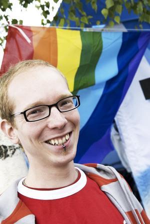 Populär kille. Viktor Olsson står i det färggranna RFSL-tältet under festivalen, och informerar festivalbesökarna om vikten av att ha säker sex.