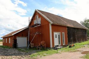 Nyrenoverat. Inne i ladan finns plats för Karins alla fyra företag. Inklusive stickfabriken, där det tillverkas ullsockor.