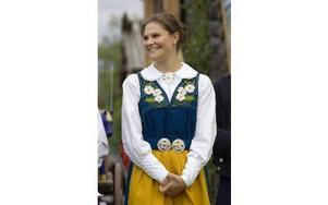 Sverigedräkten är samma dräkt som Kronprinsessan Victoria bar på Tällberg Forum och bär på nationaldagen. Foto: HENRIK MONTGOMERY / SCANPIX