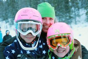 Celine Loft och Emma-Stina Jonsson, Klövsjö. Mari Svelander, i mitten, gjorde sitt bästa att för att tjejerna skulle hålla värmen.
