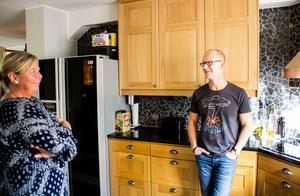 Johanna och Oliver Axman har fått mer tid för varandra. De tycker att livet i lägenheten är enklare än livet i huset. Här finns inte lika många måsten.