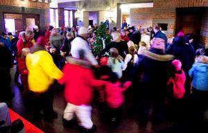 Omtanke om, i första hand, spelmännen gjorde att julgransplundringen fick ske inne i själva Rådhusets foajé. Foto: Håkan Luthman