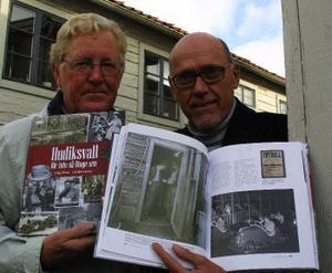 Lars Gösta Larsson och Lars Åke Winberg. I bokuppslaget syns Rune Erikssons klockhandlarbild från Kotorgstoaletten.