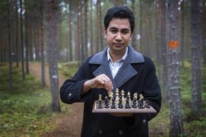Nematullah Azizy spelar schack vid sidan om undervisningen i persiska, ett av världens fyra klassiska språk.