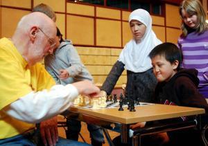 Abidhan Saidrasalov från Hedenvindsskolan passar på att spela ett träningsspel under en paus mot funktionären Sven-Åke Eliasson.