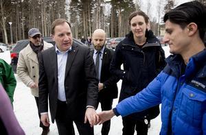 Asylsökande Nazir Ahmad Rawan sträckte fram en hand efter hjälp till Statsministern Stefan Löfven om att få stanna i Sverige.