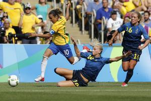Sofia Jakobsson stoppar Brasiliens Marta.
