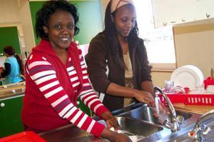 Caritas och Alice diskar efter fikat. Foto: Carin Selldén