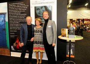 Tucholsky-pristagaren Uladzimir Njakljajeu tillsammans med Sveriges kulturminister Lena Adelsohn Liljeroth och ambassadör Stefan Eriksson.
