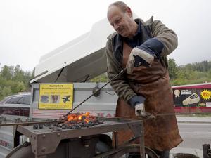 Hobbysmeden Åke Ludvigsson behövde inte frysa och många ville se när han skapade kökskrokar och annat vid glödbädden.