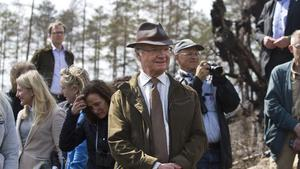 Kungen var märkbart intresserad av vad han såg i brandskogen. Fattas bara annat när han är hedersordförande i Världsnaturfondens förtroenderåd.