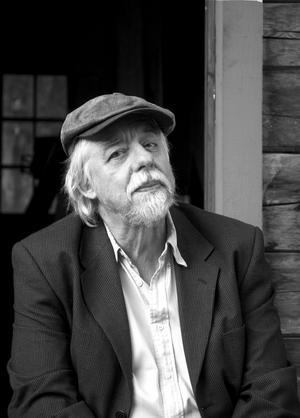 """Thomas Tidholm diktar fram något som mest av allt liknar en förtätad biografi över ett hälsingskt liv i sin nya samling """"Hilding Kvists minnen""""."""