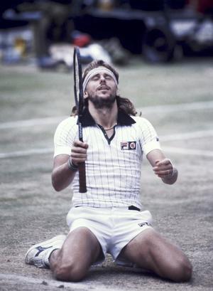 Björn Borg har precis slagit in matchbollen i Wimbledon, 1980.